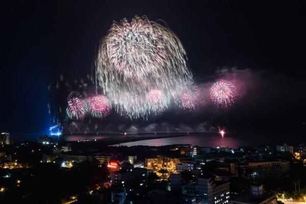 雙十焰火昨晚在花蓮港東堤施放,最大24吋焰火彈發射後,下方有2座焰火平台起火燃燒。(花蓮縣政府提供)