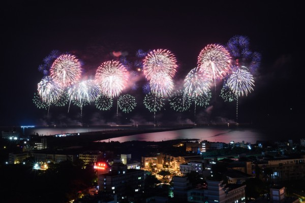 雙十焰火昨晚在花蓮港東堤施放,前面14分鐘的節目都正常。(花蓮縣政府提供)