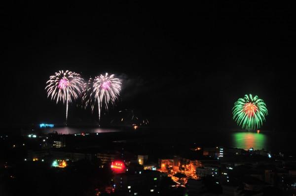 雙十焰火昨晚在花蓮港東堤施放,前面14分鐘的節目都正常,後面因為平台失火造成部份焰火彈無法發射,行程畫面空白。(記者花孟璟攝)