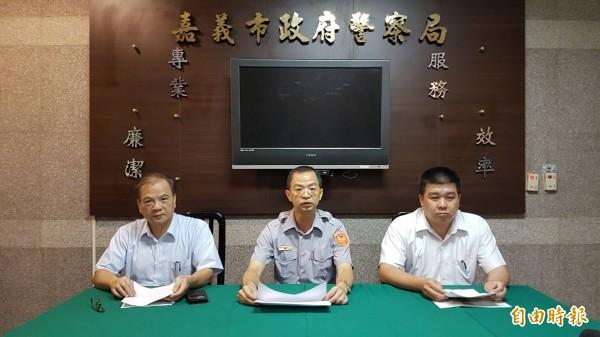 嘉市警局副局長陳清華(中)、刑大大隊長丁靖(右)、少年隊長張金清(左)對外說明潑漆案。(記者丁偉杰攝)