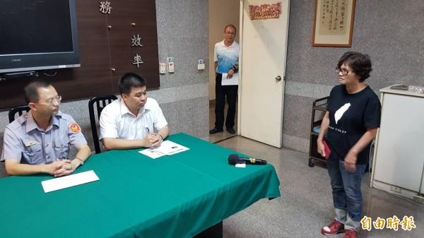 嘉中退休老師林瑞霞(右)建議警方透過縣市校外會、家長會等組織,協助強化校園安全機制。(記者丁偉杰攝)