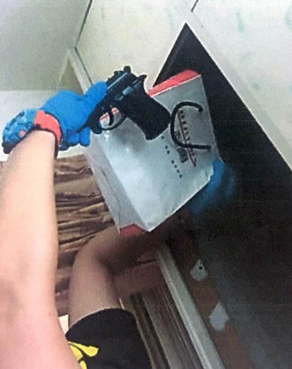 新竹縣竹東警分局逮捕楊姓毒販並起出改造手槍。(圖由警方提供)