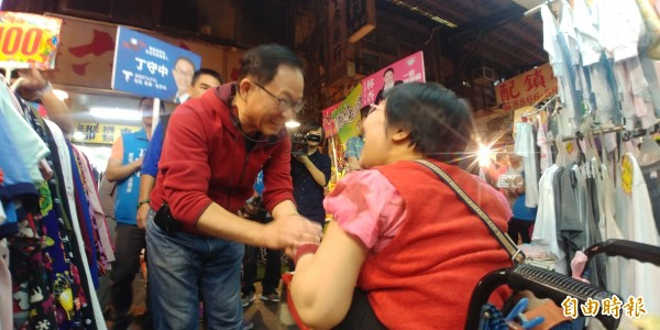 國民黨台北市長參選人丁守中到士林拜票。(記者簡惠茹攝)