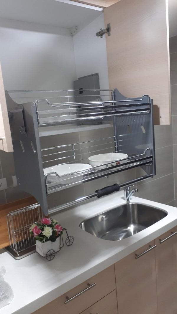 不銹鋼升降式廚具,讓老人家、小朋友都很容易操作。(記者謝武雄攝)