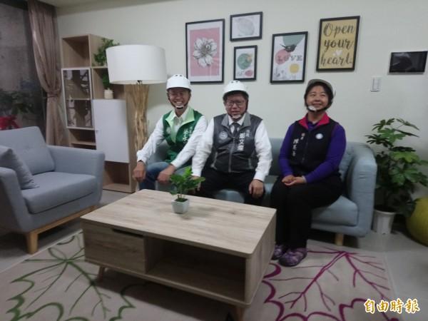桃園市長鄭文燦(圖中)視察中路二號社宅,還在樣品屋客廳休息。(記者謝武雄攝)