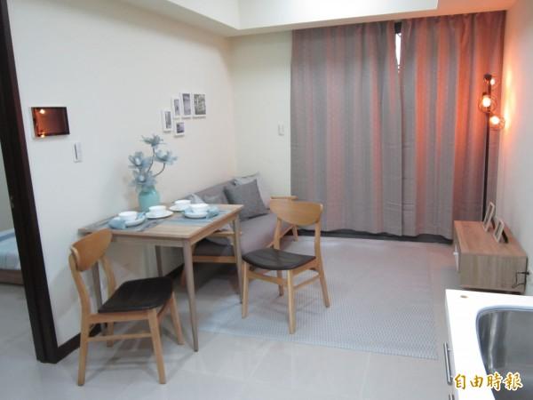 一房型社宅,除客廳兼廚房外,還提供沙發。(記者謝武雄攝)