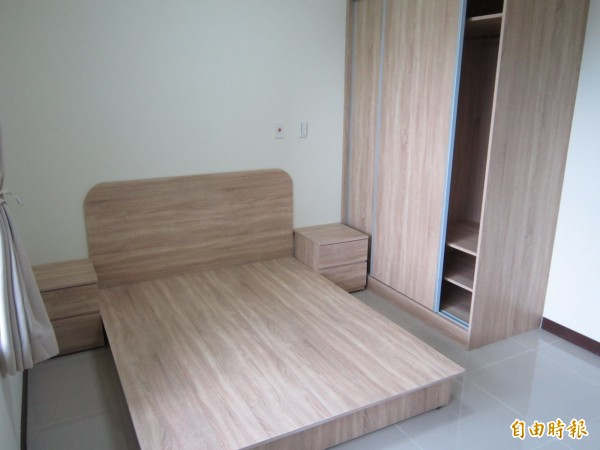 基本上桃園市社宅只提供床架,並未提供床墊,這是基於衛生考量。(記者謝武雄攝)
