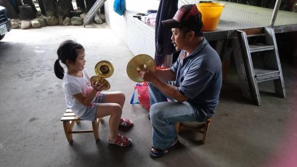 平溪紫東社區致力傳承鑼鼓陣文化,現在大小朋友都有人會演奏,已經有相當成效。(記者林欣漢翻攝)