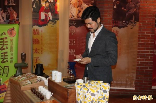 禮盒由在地咖啡業者「虎咖啡」老闆林楷偉製作。(記者林敬倫攝)