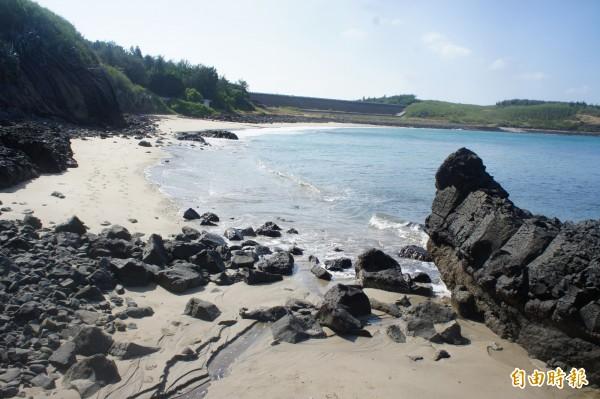 夢幻沙灘以藍天、碧海及白沙聞名。(記者劉禹慶攝)