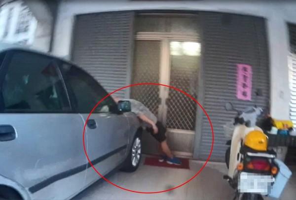 警方發現酒醉張男以「仆街少女」怪姿勢躺在汽車引擎蓋上。(記者許國楨翻攝)