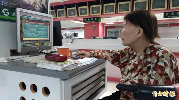 蘇鳴皋老婦平時對股市有興趣,即使高齡仍天天進出券商,更藉由林智堅來訪與他分享對國際政經情勢與股市看法。(記者王駿杰攝)