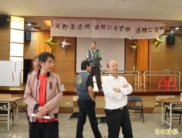 台中港務分公司召開「台中港外港擴建計畫(第一期)環境影響評估公開說明會」,多位里長到場掛白布條並阻擋會議進行。(記者歐素美攝)
