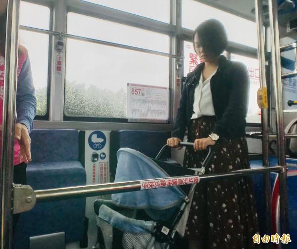 公路總局規定新購低地板公車上必須增設嬰幼兒車區,,以防止嬰幼兒車於公車轉彎時橫向位移。(記者陳心瑜攝)