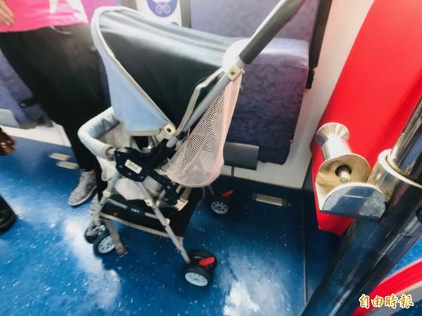 「嬰幼兒車區伸縮式扶手」的固定處(圖右下方)外露且有銳角,家長憂心釀危險。(記者陳心瑜攝)