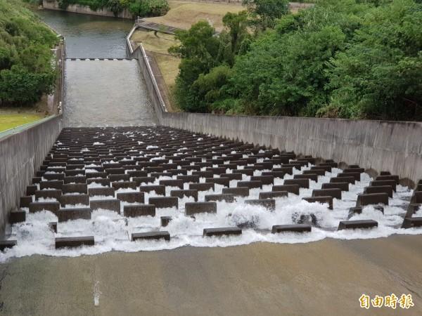 寶二水庫蓄水已達滿水位,開始溢流。(記者蔡孟尚攝)
