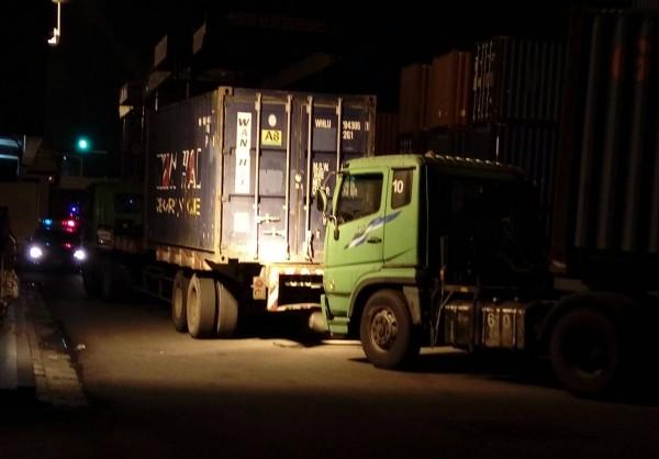 台中港萬海貨櫃場昨發生檢驗員不慎被貨櫃搬運車撞死意外。(記者歐素美翻攝)