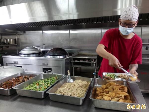 長青食堂志工為「茂男伯」準備出殯前的最後一頓飯。(記者廖淑玲攝)