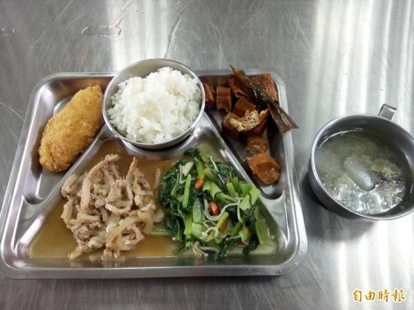 元長西莊長青食堂為「茂男伯」準備出殯前的最後一頓飯。(記者廖淑玲攝)