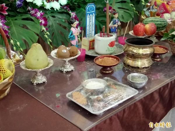 西莊長青食堂特別準備一盤飯菜送到李茂男靈前供桌,請他享用。(記者廖淑玲攝)