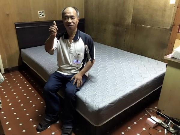 台電台南區營業處訂製床架及床墊,讓李同學不用再打地舖睡覺,家長比起大拇指稱讚。(南台南家扶中心提供)
