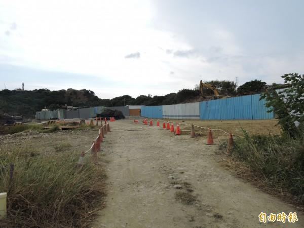 市府辦理龍井區的山腳排水上游延伸段新闢橋樑工程,連結沙田路的東西側社區。(記者蘇金鳳攝)