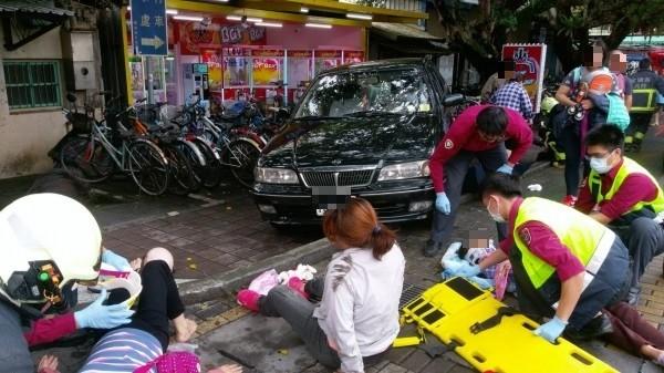 警消到場時現場一片狼藉,65歲趙姓婦人已無呼吸信跳,送醫後仍宣告不治。(記者張議晨翻攝)