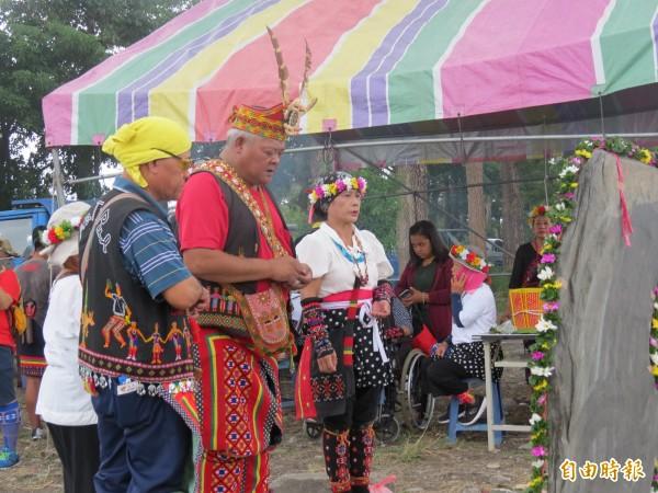 守護傳統領域,卡大地布部落族人立碑宣示捍衛決心。(記者陳賢義攝)