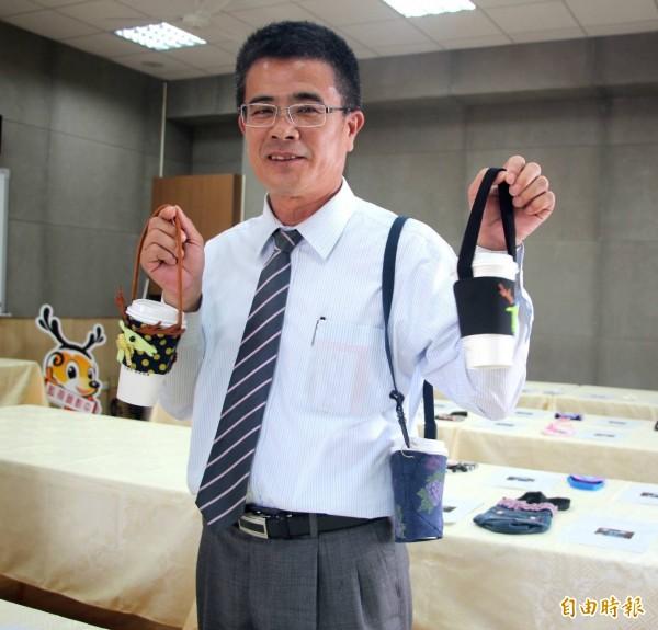 鹿港鎮長黃振彥對於小學生設計環保手搖杯提袋,大為讚賞。(記者劉曉欣攝)
