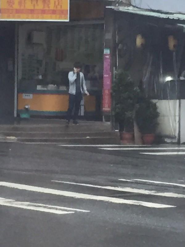 黃姓男子站在路邊接受指示。(記者邱俊福翻攝)