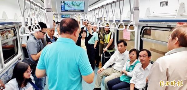 立委及交通部長體驗搭乘新通勤電聯車。(記者葛祐豪攝)