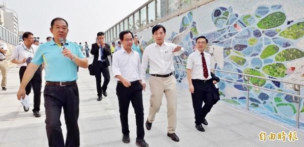 立委李昆澤(前左2),由交通部長吳宏謀(右2)陪同,視察車站動線。(記者葛祐豪攝)