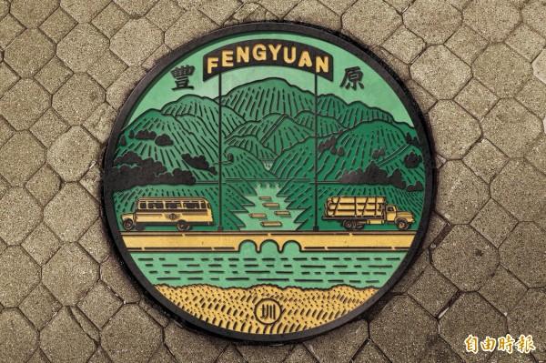 藝術家鄒駿昇以「集散地」豐原,作為人孔蓋的圖案意象。(水利局提供)