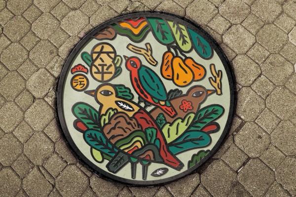 川貝母以太平舊地名「鳥榕頭」的概念拆解重組設計出美麗的人孔蓋圖案。(水利局提供)
