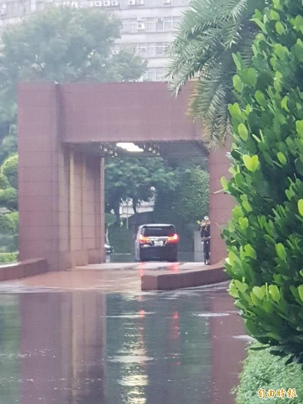 總統府秘書長陳菊座車傍晚進入行政院。(記者李欣芳攝)