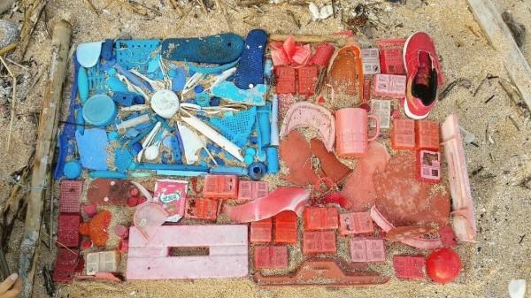 海漂實驗室帶領夢幻成員們,以海洋廢棄物製作成國旗慶雙十。(海漂實驗室提供)