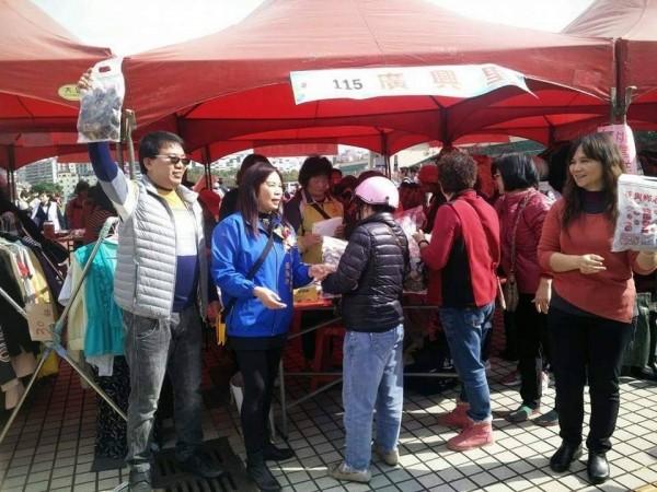新北市議員黃永昌過去曾舉辦過愛心義賣活動,吸引不少民眾參加。(黃永昌辦公室提供)