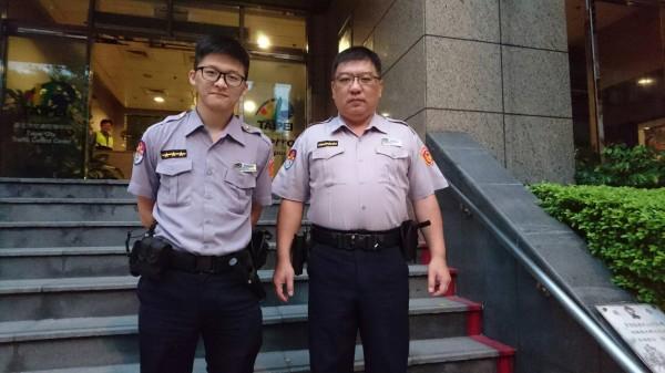 第一分隊巡佐黃邦政(右)和隊員陳奎方,一同將徐翁送回家。(記者陳恩惠翻攝)