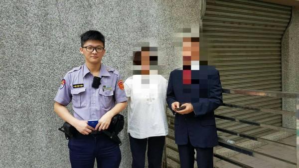 徐姓夫婦和捷警隊第一分隊員警陳奎方合影。(記者陳恩惠翻攝)