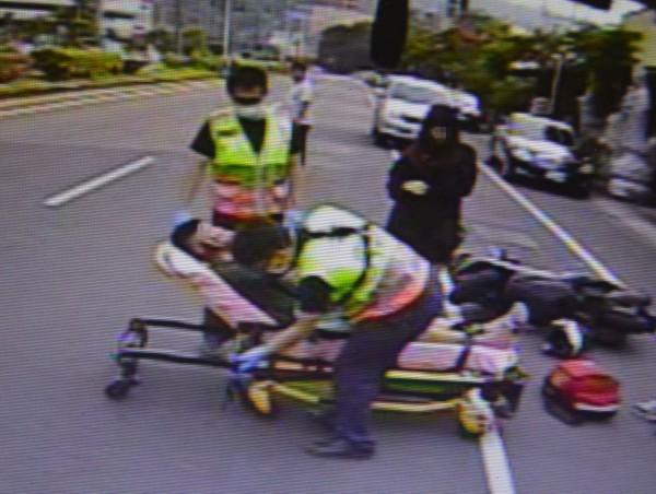 陳姓女大生和彭姓男大生被撞後身上多處擦挫傷,消防人員趕到送醫治療。(記者陳建志翻攝)