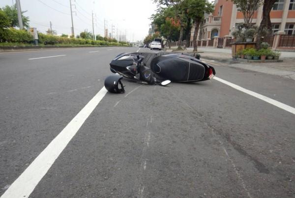 陳姓女大生的機車被撞後倒地,安全帽留在現場,地上也有明顯的刮地痕。(記者陳建志翻攝)