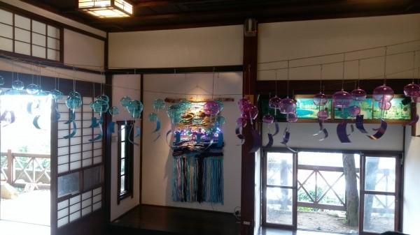 展覽以編織物呈現淡水意象,搭配上百個風鈴,帶來一場顛覆想像的視聽覺饗宴。(淡水古蹟博物館提供)