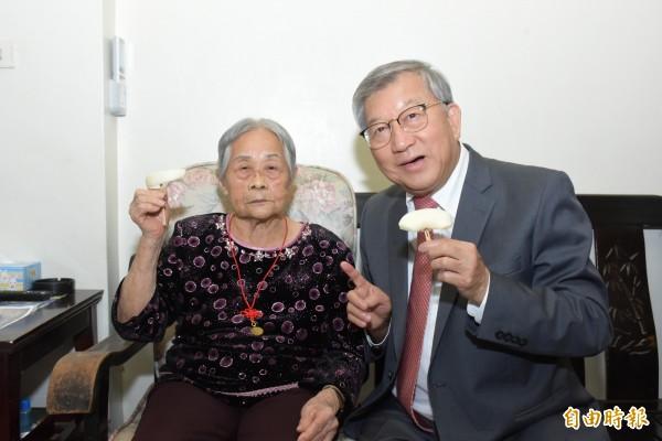 101歲人瑞楊蔡甘妹(左)用走路運動照顧自己健康疼子孫。(記者黃美珠攝)