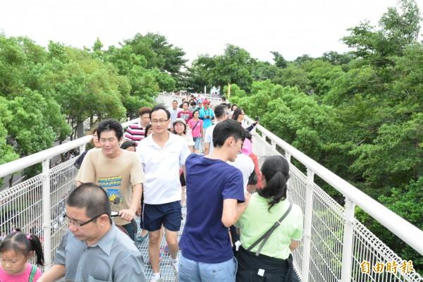 2年多前開幕的八卦山天空之橋,當時遊客如織,步道放眼望去都是人潮。(資料照)
