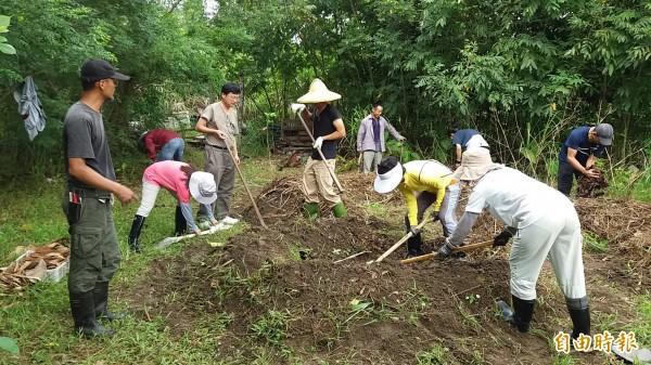 花蓮樸門協會在壽豐的退輔會花蓮分場土地上,打造生態示範農場,圖為去年舉辦樸門國際認證的上課情形,製作堆肥增加土壤有機質。(樸門永續協會提供)