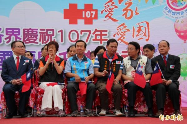 新竹县议员苏明辉(前右3)这次仍以无党籍身分争取连任。(资料照,记者黄美珠摄)