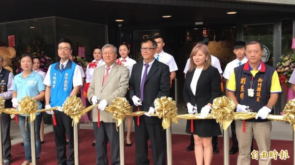 新竹县议员刘良彬(右)及其家人始终相信司法会还其清白,这次也用国民党报准的方式争取连任。(资料照,记者黄美珠摄)