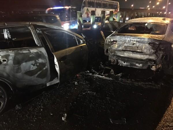 國道1號北上內壢交流道匝道發生4車連環撞事故,車輛全面燃燒。(記者許倬勛翻攝)