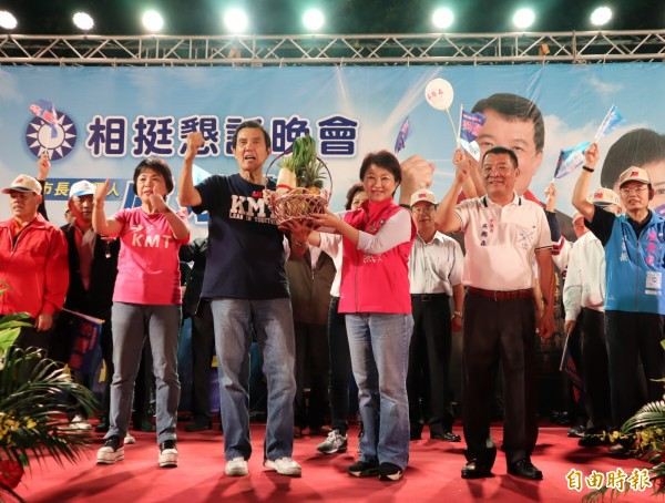 前總統馬英九贈送菜頭及包子給台中市長參選人盧秀燕。(記者歐素美攝)