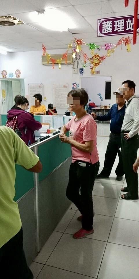 縣府晚間至長照中心緊急啟動安置作業。(擷取自屏東市民代表李漢鐘臉書)